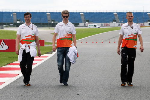 Nico Hülkenberg recorre Silverstone con sus ingenieros