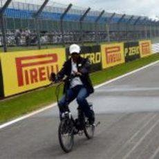 Narain Karthikeyan se pasea en bicicleta en Silverstone