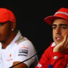 Fernando Alonso responde a en la rueda de prensa de la FIA