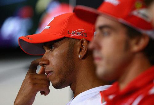 Hamilton y Alonso, de nuevo juntos en la rueda de prensa de la FIA