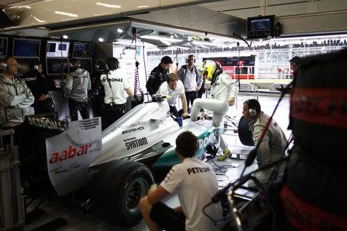Nico Rosberg subiéndose al monoplaza en el box de Mercedes AMG