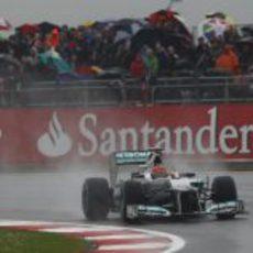 Los aficionados observan desde la grada a Michael Schumacher