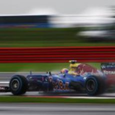 Mark Webber deja tras de sí una intensa estela de agua