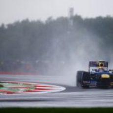 Mark Webber en una de las curvas del Circuito de Silverstone