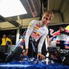 Sebastian Vettel entrando en su monoplaza para disputar los libres del GP de Gran Bretaña