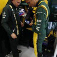 Vitaly Petrov pesándose durante los libres del GP de Gran Bretaña