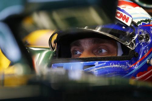 Vitaly Petrov concentrado en el interior del CT01