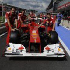 Los mecánicos empujan el F2012 en Silverstone