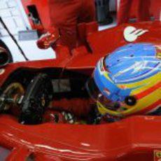 Fernando Alonso espera su oportunidad en el box
