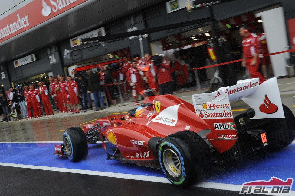 Fernando Alonso rueda por el pitlane de Silverstone