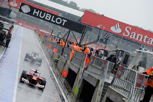 Fernando Alonso y Michael Schumacher salen a pista