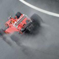 El F2012 de Fernando Alonso surca la lluvia