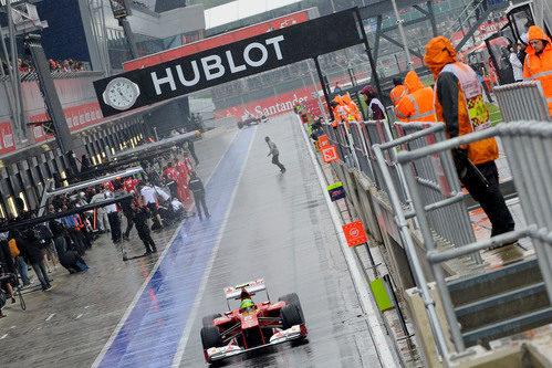 Felipe Massa rueda por el pitlane del renovado Silverstone