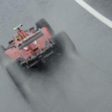 El F2012 de Felipe Massa lucha con el agua