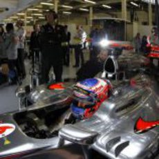 Jenson Button espera en el MP4-27 para salir a pista