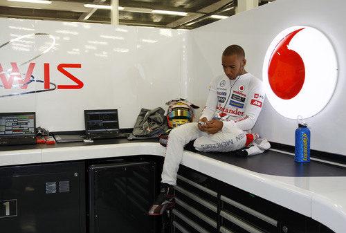 Lewis Hamilton se aburre durante los Libres 1 en Gran Bretaña