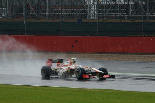 Dani Clos rueda sobre el asfalto mojado de Silverstone