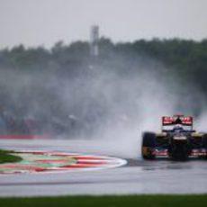 Daniel Ricciardo pilota su STR7 sobre el asfalto mojado