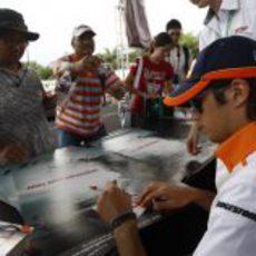 Piquet firma autógrafos