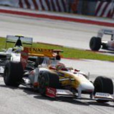 Alonso intenta frenar a Barrichello