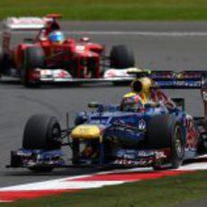 Mark Webber por delante de Fernando Alonso en Silverstone