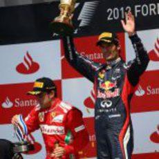 Mark Webber levanta su trofeo en el podio de Silverstone