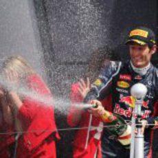 Mark Webber descorcha el champán en Gran Bretaña 2012