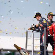 Vettel, Webber y Alonso celebran en el podio de Gran Bretaña