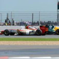 Narain Karthikeyan luchando con Kovalainen en el GP de Gran Bretaña 2012