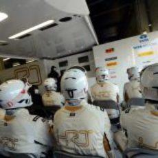 Los mecánicos de HRT no pierden detalle de la carrera de sus pilotos