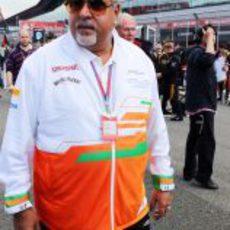 Vijay Mallya pasea por la parrilla de salida del GP de Gran Bretaña 2012