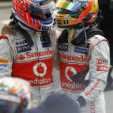 Lewis Hamilton y Jenson Button se abrazan en Silverstone