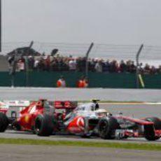 Lewis Hamilton pasa a Fernando Alonso en carrera