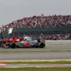 Lewis Hamilton lucha con Fernando Alonso en Silverstone