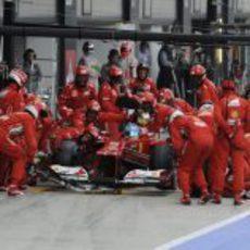 Fernando Alonso hace una parada en Silverstone