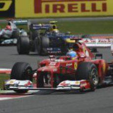 Fernando Alonso mantiene la pole tras la salida
