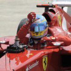 Fernando Alonso se baja del coche tras la carrera