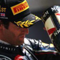 Mark Webber lanza champán desde el podio