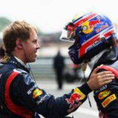 Sebastian Vettel felicita a Mark Webber por su victoria