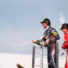 Webber y Alonso descorchan en champán en el podio de Silverstone