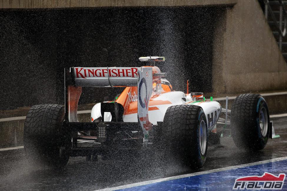 Nico Hülkenberg sale del box bajo la lluvia