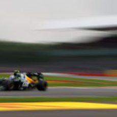 Vitaly Petrov vuela durante la Q1 del GP de Gran Bretaña