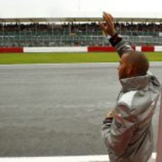 Hamilton saluda al público de Silverstone