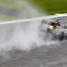 Heikki Kovalainen rueda sobre el agua de Silverstone