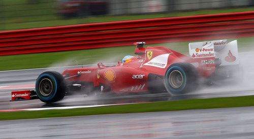 Fernando Alonso rueda sobre agua en Gran Bretaña