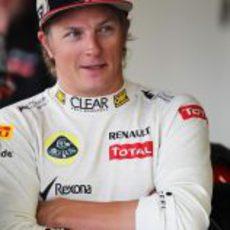 Kimi Räikkönen esboza una sonrisa en Silverstone