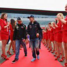 Pasillo de 'pit babes' para Räikkönen y Vettel en Silverstone