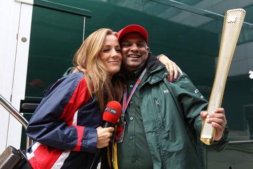 Tony Fernandes con la antorcha olímpica