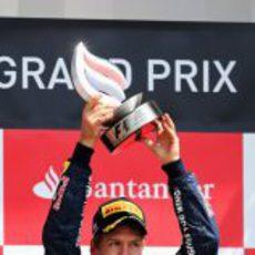 Sebastian Vettel levanta su trofeo en el GP de Gran Bretaña 2012