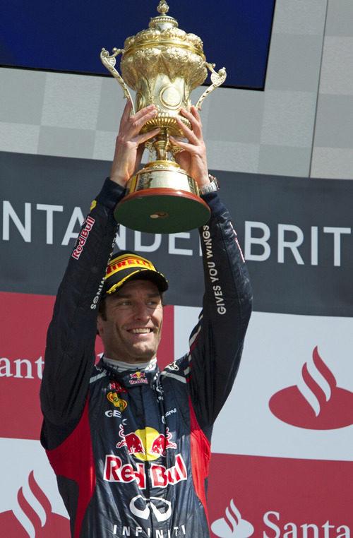 Mark Webber levanta su trofeo de ganador en el GP de Gran Bretaña 2012